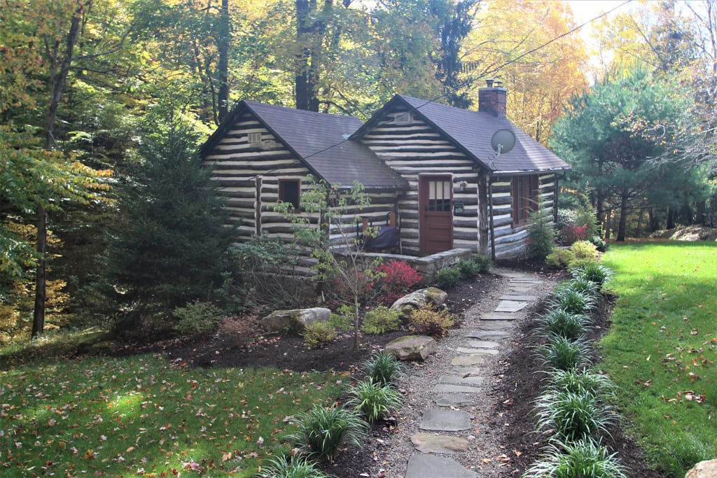 Cozy 1 BR log cabin, with tiered deck and fireplace!