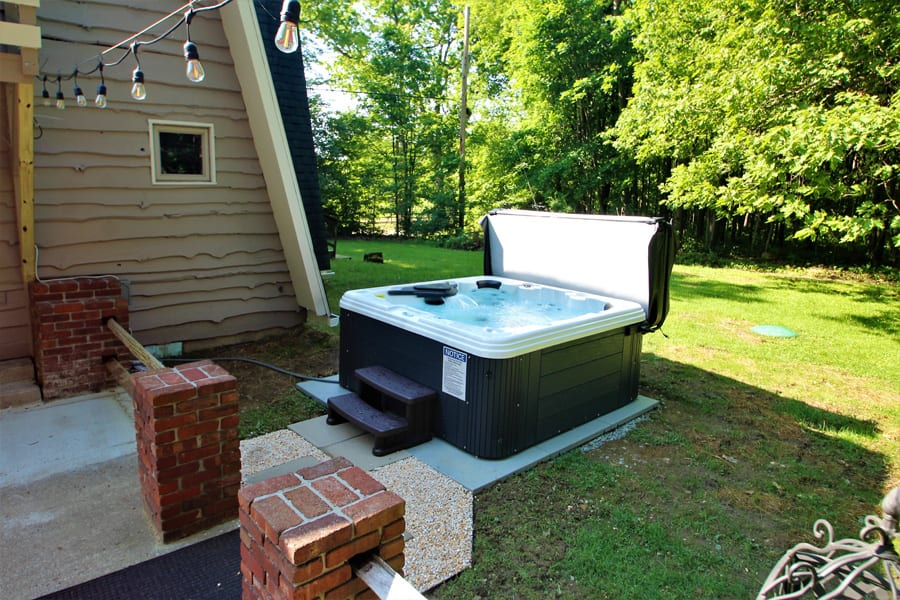 6 person hot tub! Operational year round!