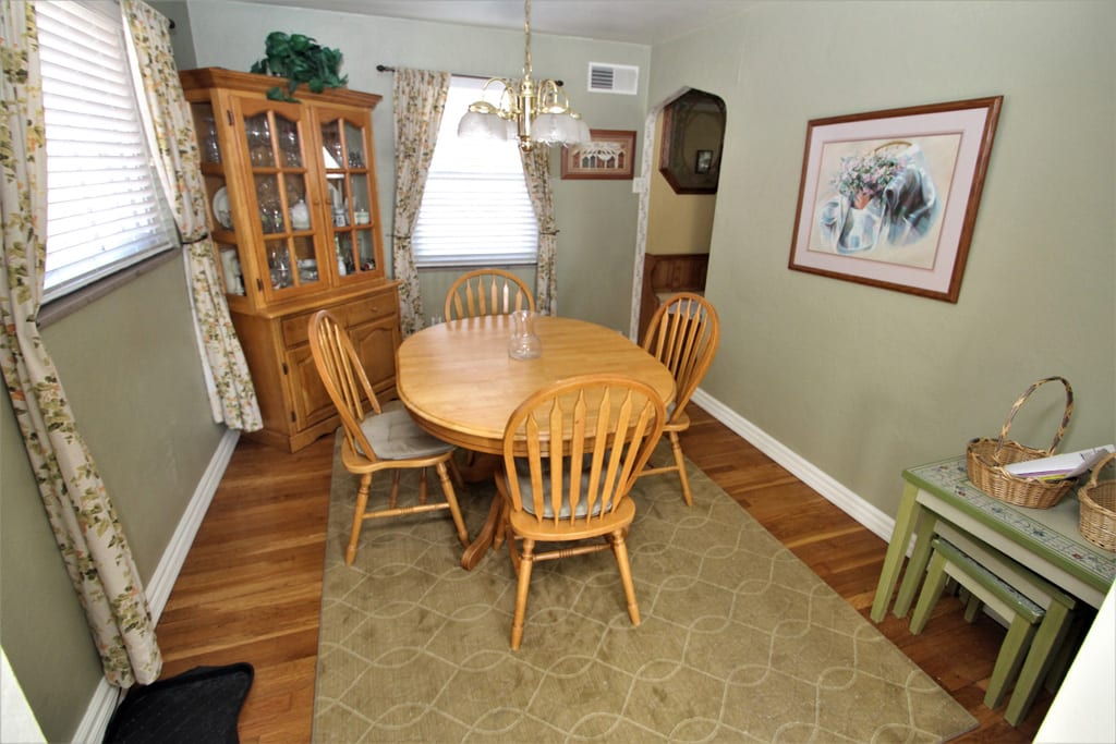 Seating for 4-6 at this dining table!