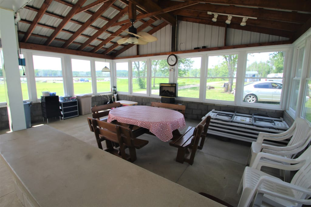 Common Area: Enclosed Picnic Table for rainy days!